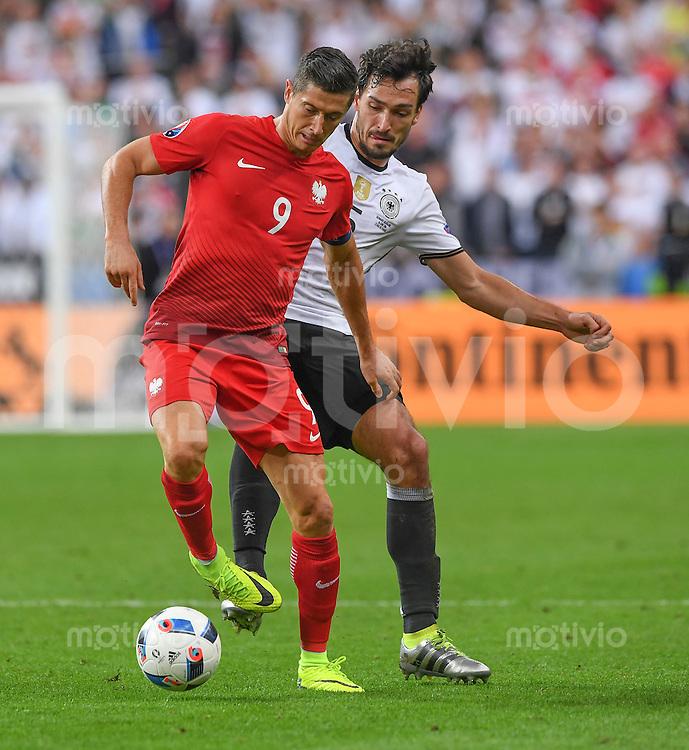 FUSSBALL EURO 2016 GRUPPE C IN PARIS Deutschland - Polen    16.06.2016 Robert Lewandowski (li, Polen) gegen Mats Hummels (re, Deutschland)