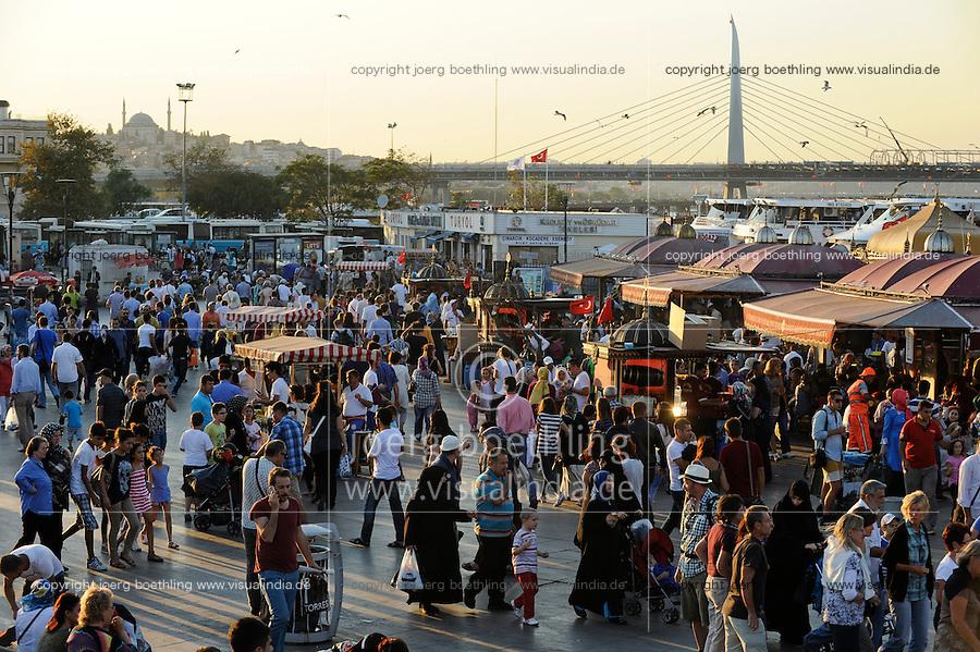 Turkey Istanbul, street life in Eminonu / TUERKEI Istanbul, Strassenszene in Eminonu