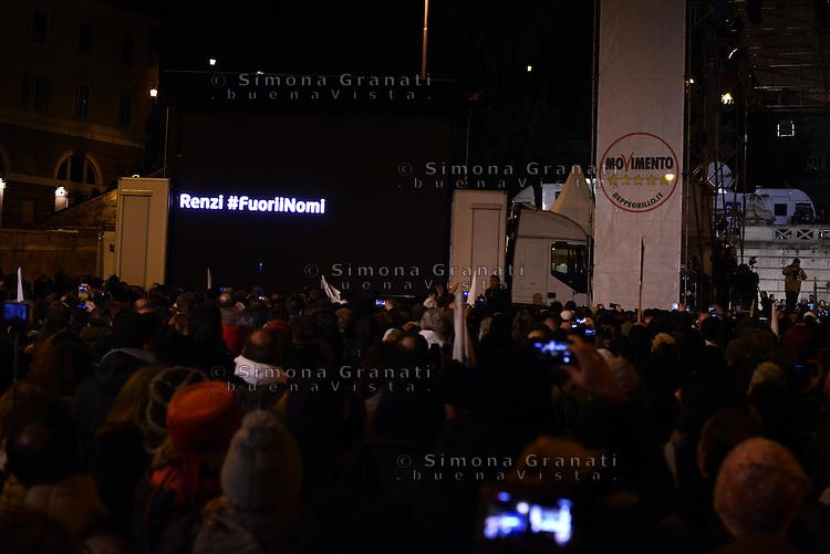 Roma, 24 Gennaio 2015<br /> Piazza del Popolo.<br /> La notte dell'onest&agrave;, manifestazione organizzata dal Movimento 5 stelle contro la curruzione e le mafie.<br /> il M5S chiede a Renzi i nomi dei candidati alla Presidenza della Repubblica