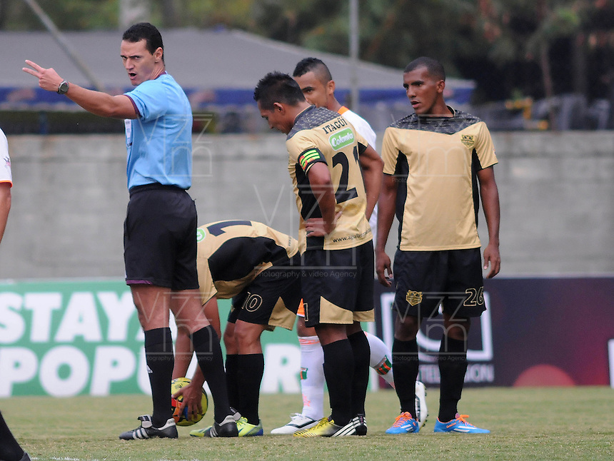 ENVIGADO- COLOMBIA -30-03-2014: Wilmar Roldan, arbitro, durante  partido Envigado FC y Itagüi por la fecha 13 de la Liga Postobon I 2014 en el estadio Polideportivo Sur de la ciudad de Envigado. Wilmar Roldan,, referee, during a match Envigado FC and Itagüi for the date 13 th of the Liga Postobon I 2014 at the Polideportivo Sur stadium in Envigado city. Photo: VizzorImage / Luis Rios / Str.