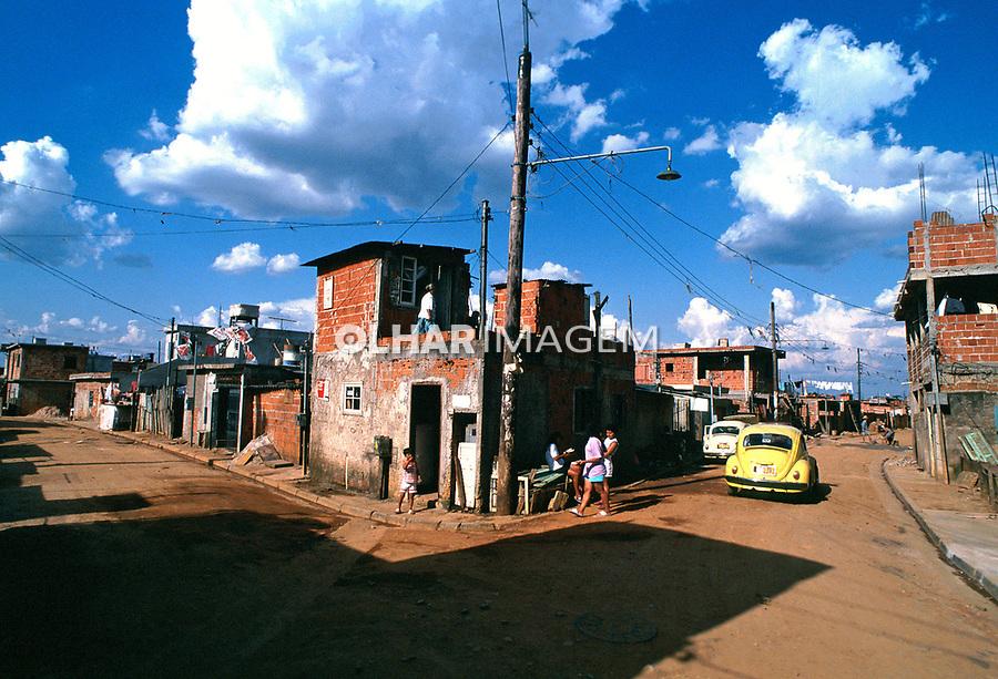 Rua de terra na favela de Heliópolis. São Paulo. 1994. Foto de Juca Martins.