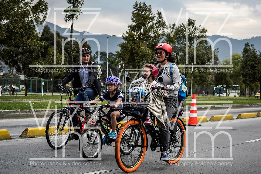 BOGOTA - COLOMBIA, 07-02-2019: Ciudadanos de Bogota usando medios de transporte público y bicicleta durante el día sin carro en la ciudad de Bogota. / Citizens of Bogota using public transportation and bicycle during the day without a car in the city of Bogota. Photo: VizzorImage / Diego Cuevas / Cont.