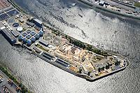 4415/Klaerwerk Koehlbrandhoeft:EUROPA, DEUTSCHLAND, HAMBURG 28.05.2005:Abwasser, Abwasserrohr, Klaeranlage, Klaerwerk, Rohr, Schaum, Schmutz, Verschmutzung, Wasser, Hafen, Elbe, Abwasserreinigung, Faulbehaelter, Faultuerme, Fauleier,  Klaeranlage, Klaerbecken, Klaerschlamm, Klaerwerk, Wasser, Wasseraufbereitung, Faeulnistuerme im Klaerwerk, Faulbehaelter, Faultuerme, Klaeranlage, Klaerbecken, Klaerschlamm, Klaerwerk, Wasseraufbereitung, Aussenansicht, Gifte, Oekologie-Umwelt, Umwelt, Abwasseraufbereitung, Wasserbetriebe, Infrastruktur, Kommune, Privatisierung, Umweltschutz, Wasserreinigung, Entsorgerung, Entsorger, Anlage, Becken, Belebung, Wasserbelebung , Belebungsbecken, Bereich, Berlin, Brauchwasser, Entgasung, Entgasungszone, Industrie, Industrieanlage, Klaerung, Klaerwasserstation, Mechanik, Reinigung, Rueckstaende, Schaedlichkeit, Technik, Klaerschlammbehandlung, Klaerschlammverwertung, Abwasseranlage, Schlammbehandlungsanlage, Belebungsanlage, Schlammentwaesserung, Abwasserbehnadlungsbecken, Luftaufnahme, Luftbild,  Luftansicht