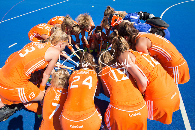 LONDEN -  Nederlands team voor   de wedstrijd tussen de dames van Nederland en Polen bij  het Europees Kampioenschap hockey in Londen.  COPYRIGHT  KOEN SUYK