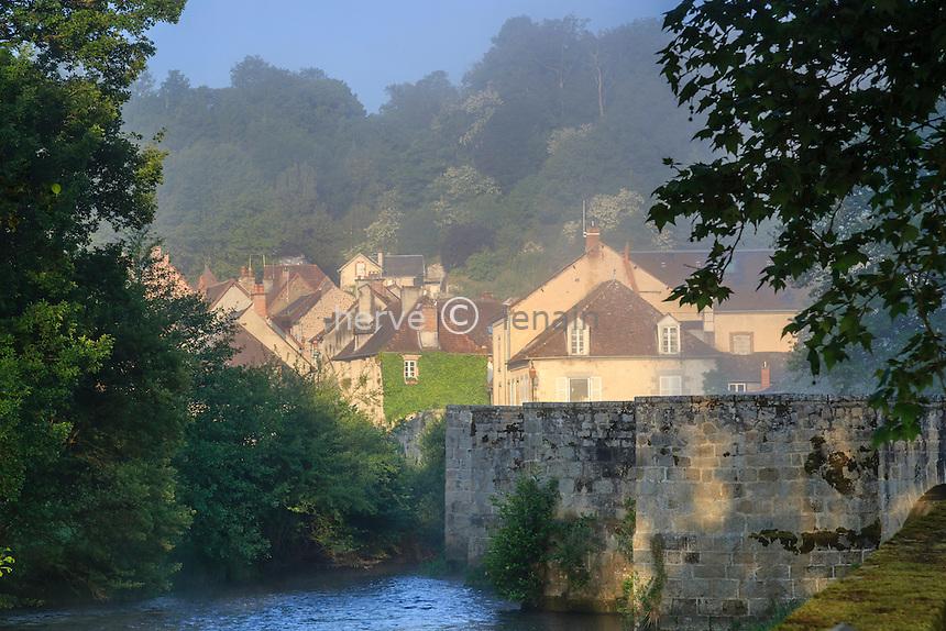 France, Creuse (23), Moutier-d'Ahun, vu depuis le pont roman sur la Creuse // France, Creuse, Moutier-d'Ahun, romanesque bridge over the Creuse and the village
