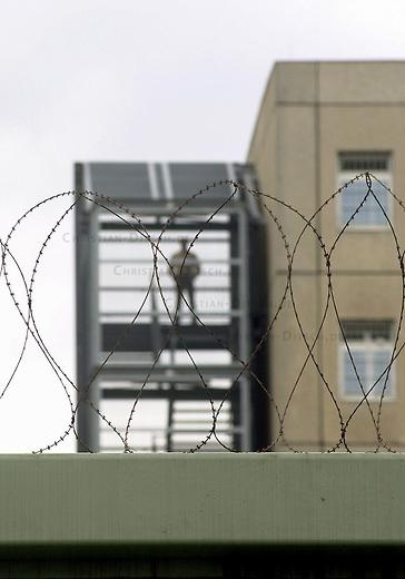 Hungerstreik in Abschiebegefaengnis Berlin-Gruenau, Gruenaurestr. 140<br /> Aus Protest gegen die Haftbedingungen und unverhaeltnismaessig lange Haftbedingungen im Abschiebegefaengnis Gruenau, haben am Montag den 20. Januar 2003 68 Abschiebegefangene einen Hungerstreik begonnen. <br /> Ein weiterer Gefangener befindet sich seit dem 15. Januar 2003 im Durststreik.<br /> Die hungerstreikenden Gefangenen fordern unter anderem die sofortige Entlassung von Menschen, die aus juristischen oder tatsaechlichen Gruenden nicht abgeschoben werden koennen, aber trotzdem ueber 6 Monate in Haft sind; ein Ende der monatelangen Ungewissheit ueber ihre Entlassung, bzw Abschiebung; Beendigung der menschenunwuerdigen Behandlung durch Polizeibeamte, Aerzte und Sozialarbeiter; sowie die Verbesserung der unzumutbaren hygienischen Zustaende.<br /> Die Haeftlinge fordern desweiteren ein Gespraech mit Innensenator Koerting und der Justizsenatorin Schubert, einem Vertreter der Auslaenderbehoerde und der Berliner Polizei. Fuer den Fall, dass das Gespraech nicht<br /> innerhalb von drei Tagen stattfindet, kuendigen sie weitere Aktionen an.<br /> (Alle Informationen stammen von der Antirassistische Initiative Berlin)<br /> Foto: 2.11.2002, Berlin<br /> Ein Waerter im Treppenhaus.<br /> Copyright: Christian-Ditsch.de<br /> [Inhaltsveraendernde Manipulation des Fotos nur nach ausdruecklicher Genehmigung des Fotografen. Vereinbarungen ueber Abtretung von Persoenlichkeitsrechten/Model Release der abgebildeten Person/Personen liegen nicht vor. NO MODEL RELEASE! Nur fuer Redaktionelle Zwecke. Don't publish without copyright Christian-Ditsch.de, Veroeffentlichung nur mit Fotografennennung, sowie gegen Honorar, MwSt. und Beleg. Konto: I N G - D i B a, IBAN DE58500105175400192269, BIC INGDDEFFXXX, Kontakt: post@christian-ditsch.de<br /> Bei der Bearbeitung der Dateiinformationen darf die Urheberkennzeichnung in den EXIF- und  IPTC-Daten nicht entfernt werden, diese sind in digitalen Medien nach &sect;95c