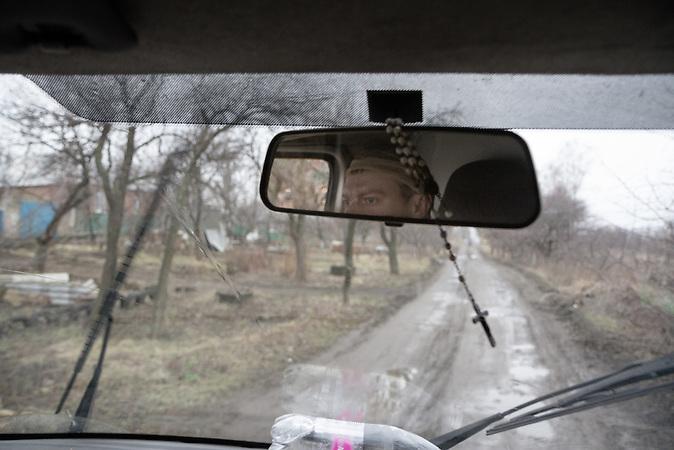 Odessa, der Krankenwagenfahrer, konzentriert sich auf die Straße. Die legendären Straßen Russlands und der Ukraine sind der Hauptgrund für die Probleme mit den Fahrzeugen. Die hier sichtbare Straße ist in einem eher guten Zustand.