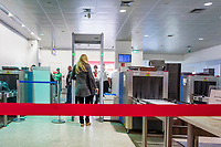 Oesterreich, Salzburger Land, Stadt Salzburg: Flughafen W. A. Mozart - Abfertigungshalle, bei der Sicherheitskontrolle | Austria, Salzburger Land, Salzburg City: Airport W. A. Mozart, terminal building, security check area