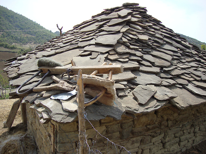 Verlassenes Haus mit den traditionellem Steindach, Mittelalbanien. / An abandoned house with the traditional stone roof, Middle Albania.