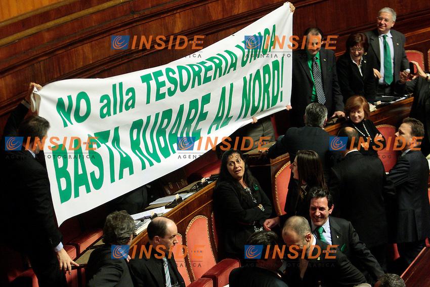 La Lega Nord espone uno striscione con scritto: No alla Tesoreria Unica, basta rubare al nord..Roma 01/03/2012 Senato. Discussione sul DDL Liberalizzazioni. .Photo Samantha Zucchi Insidefoto