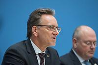 Erklaerung am Dienstag den 8. Januar 2019 in Berlin von Bundesinnenminister Horst Seehofer zusammen mit Holger Muench (links), Praesident des Bundeskriminalamtes (BKA) und Arne Schoenbohm (rechts), Praesident des Bundesamtes fuer Sicherheit in der Informationstechnik (BSI) zu den aktuellen bekannt gewordenen Datendiebstaehlen bei Politikern, Journalisten und Persoenen des oeffentlichen Interesses.<br /> 8.1.2019, Berlin<br /> Copyright: Christian-Ditsch.de<br /> [Inhaltsveraendernde Manipulation des Fotos nur nach ausdruecklicher Genehmigung des Fotografen. Vereinbarungen ueber Abtretung von Persoenlichkeitsrechten/Model Release der abgebildeten Person/Personen liegen nicht vor. NO MODEL RELEASE! Nur fuer Redaktionelle Zwecke. Don't publish without copyright Christian-Ditsch.de, Veroeffentlichung nur mit Fotografennennung, sowie gegen Honorar, MwSt. und Beleg. Konto: I N G - D i B a, IBAN DE58500105175400192269, BIC INGDDEFFXXX, Kontakt: post@christian-ditsch.de<br /> Bei der Bearbeitung der Dateiinformationen darf die Urheberkennzeichnung in den EXIF- und  IPTC-Daten nicht entfernt werden, diese sind in digitalen Medien nach §95c UrhG rechtlich geschuetzt. Der Urhebervermerk wird gemaess §13 UrhG verlangt.]