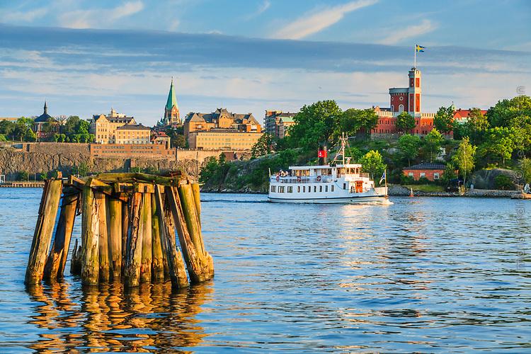 Skärgårdsbåten Gustav III framför Kastellet på Kastellholmen i Stockholm
