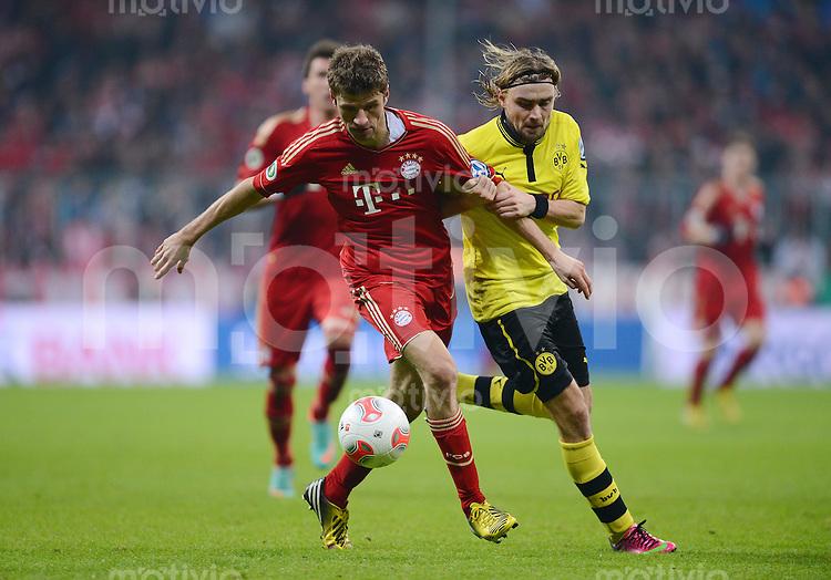 FUSSBALL  DFB-POKAL  VIERTELFINALE  SAISON 2012/2013    FC Bayern Muenchen - Borussia Dortmund       27.02.2013 Thomas Mueller (li, FC Bayern Muenchen) gegen Marcel Schmelzer (Borussia Dortmund)