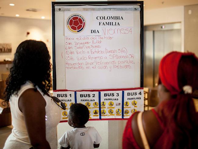 Familiares del defensa de la Selecci&oacute;n Colombia Pablo Armero revisan el plan de viaje de los familiares para el partido de cuartos de final en Fortaleza en el lobby del hotel Sofitel, en Guaruja el 3  de junio de 2014.<br /> <br /> Foto: Joaquin Sarmiento/Archivolatino<br /> <br /> COPYRIGHT: Archivolatino<br /> Solo para uso editorial. No esta permitida su venta o uso comercial.