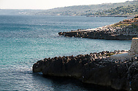 Castro Marina - Salento - Puglia - Le insenature di Castro in prospettiva mostrano una serie di scogli di uguale forma e dimensione.
