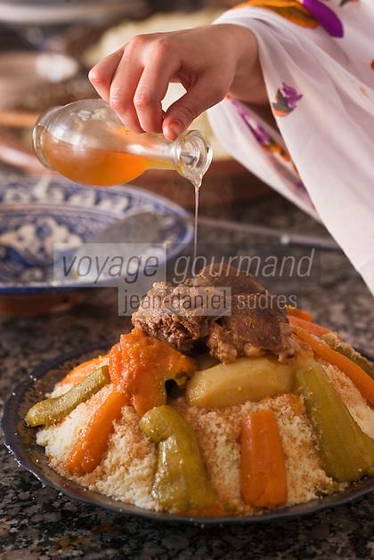 Afrique/Afrique du Nord/Maroc/Province d'Agadir/Tighanimine Elbaz: Ecolodge Atlas Kasbah - Couscous d'agneau aux légumes - ajout de l'huile d'argan