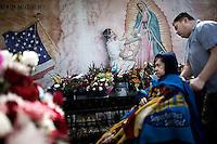På vei til søndagsmesse i Nuestra Senora la Reina de Los Angeles. Olvera Street. Los Angeles. 03.04.2010.