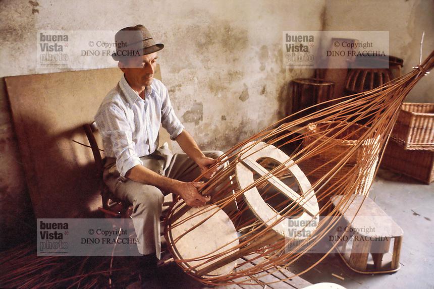 - craftsman weaves wicker baskets in the province of Bergamo (1980)....- artigiano intreccia cesti di vimini in provincia di Bergamo (1980)