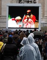 ROMA 12/03/2013 .PIAZZA SAN PIETRO FEDELI  SOTTO PIOGGIA, ASSISTONO ALL'INIZIO DEL CONCLAVE ATTRAVERSO I MONITOR . FOTO CIRO DE LUCA