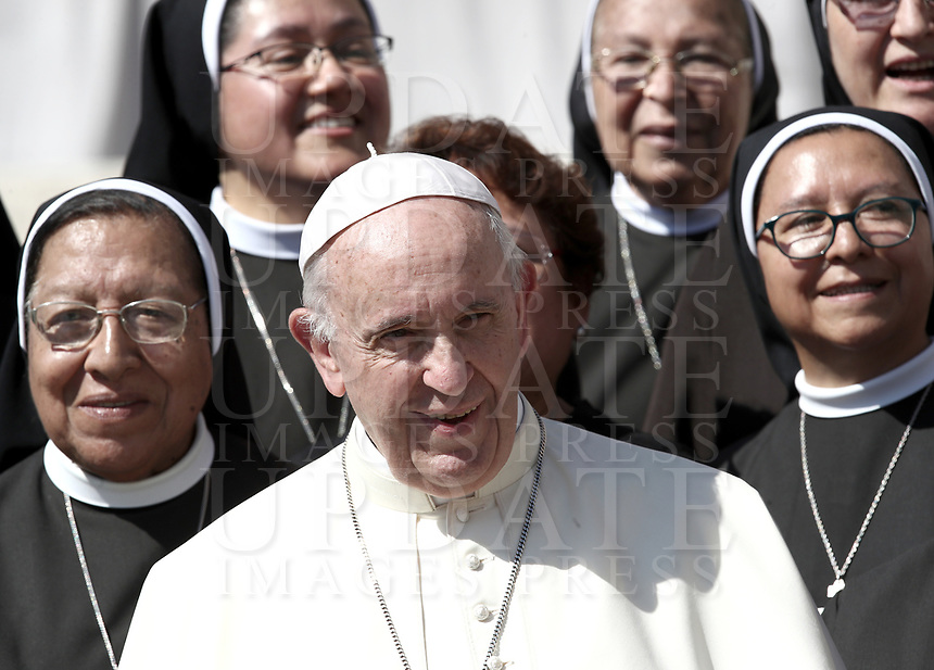 Papa Francesco posa con alcune suore al termine dell'udienza generale del mercoledi' in Piazza San Pietro, Citta' del Vaticano, 12 settembre 2018.<br /> Pope Francis poses for a photo with nuns at the end of his weekly general audience in St. Peter's Square at the Vatican, on September 12, 2018.<br /> UPDATE IMAGES PRESS/Isabella Bonotto<br /> <br /> STRICTLY ONLY FOR EDITORIAL USE