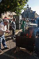 Europe/France/Aquitaine/24/Dordogne/Périgord Noir/Villefranche-du-Périgord: Cuisson des  des châtaignes grillées  lors de la  Fête de la Châtaigne et du Cèpe