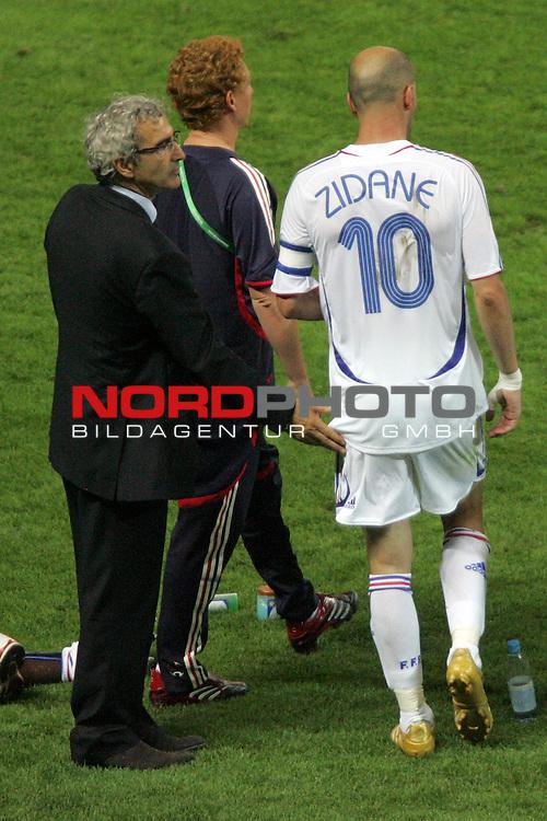 FIFA WM 2006 -  Final - Finale<br /> Play    #64  (09. Juli ) Italien - Frankreich<br /> <br /> Trainer Raymond Domenech (links) von Frankreich muntert in der Pause zur Verl&auml;ngerung Zinedine Zidane mit einem Klaps auf.<br /> <br /> Foto &copy; nordphoto