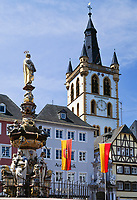 Deutschland, Rheinland Pfalz, Trier: Hauptmarkt mit St. Peter Brunnen und St. Gangolf Kirche | Germany, Rhineland-Palatinate, Trier: Hauptmarkt, St. Peter fountain and St. Gangolf church