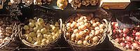 Europe/France/89/Bourgogne/Yonne/Sens: Le marché couvert, détail d'un étal d'oignons et d'ail