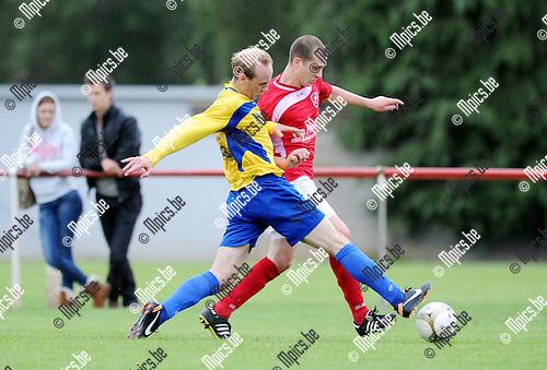2011-07-30 / Seizoen 2011-2012 / Voetbal / Oelegem SK - FC De Kempen TL / Toon Vervoort van De Kempen in duel met zijn belager van Oelegem..Foto: mpics