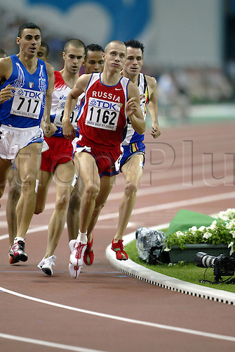 28 August 2003: Russian runner Yuriy Borzakovskiy (1162) (RUS) competing in the 7th heat of the Men's 800m held at the Stade de France. The 9th World Athletics Championships, Saint-Denis, Paris, France. Photo: Neil Tingle/Action Plus...030828 athletics athlete champs track and field man men mens run runs running distance middle