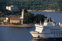 Europe/Croatie/Dalmatie/ Ile de Vis/Vis:  Le Ferry venant de Split arrive au port de Vis
