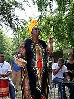 Nederland - Amsterdam - juni 2019. Parlement Debout in de Bijlmer. Een theatrale parade door Amsterdam-Zuidoost van Faustin Linyekula. Een optocht met dansers, een fanfare en sapeurs (Congolezen met stijl) langs uiteenlopende locaties. Geïnspireerd op Les Parlementaires Debout, mannen in Congo die op straat commentaar geven op het nieuws om de discussie aan te gaan. De voorstelling is onderdeel van Holland Festival. Herdenking bij het Groeiend Monument ter nagedachtenis aan de Bijlmervliegramp. Foto mag niet in negatieve / schadelijke context gepubliceerd worden. Foto Berlinda van Dam / Hollandse Hoogte
