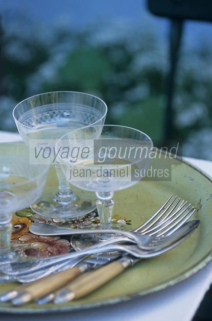 """Europe/France/Normandie/Basse-Normandie/61/Orne/La Perrière : Restaurant-brocante """"La Maison d'Horbé"""" - Vieux verres et couverts"""