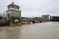 &nbsp;Roma 2 Febbraio 2014<br />  Dopo tre giorni di pioggia il livello dell'acqua nel fiume Tevere aumenta creando continuamente paura tra la popolazione locale. Acqua alta a Ponte Milvio <br /> Roma &egrave; stata una delle citt&agrave; pi&ugrave; colpite da un'ondata di pioggia torrenziale che ha provocato numerosi allagamenti in vari quartieri della citt&agrave;.<br /> Rome, Italy. 2st February 2014<br /> After three days of rain the water level in the Tiber River rises continuously creating fear among the local population. High water at the Milvian Bridge (Ponte Milvio)<br /> Rome has been one of the cities worst hit by a wave of torrential rain, that caused flooding in several different neighborhoods of the city.