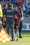 06.10.2018, HDI Arena, Hannover, GER, 1.FBL, Hannover 96 vs VfB Stuttgart<br /> <br /> DFL REGULATIONS PROHIBIT ANY USE OF PHOTOGRAPHS AS IMAGE SEQUENCES AND/OR QUASI-VIDEO.<br /> <br /> im Bild / picture shows<br /> Spielerwechsel Hannover 96, Auswechslung Takuma Asano (Hannover 96 #11) verletzungsbedingt, Andre / André Breitenreiter (Trainer Hannover 96), Asano zeigt auf die Stelle, <br /> <br /> Foto © nordphoto / Ewert