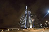 SAO PAULO, SP, 15.12.2014 - ILUMINACAO DE NATAL - PONTE ESTAIADA. Iluminação natalina da ponte Octavio Frias de Oliveira, conhecida como Ponte Estaiada, na noite desta segunda-feira, 15, zona sul da capital paulista. (Foto: Adriana Spaca/Brazil Photo Press)