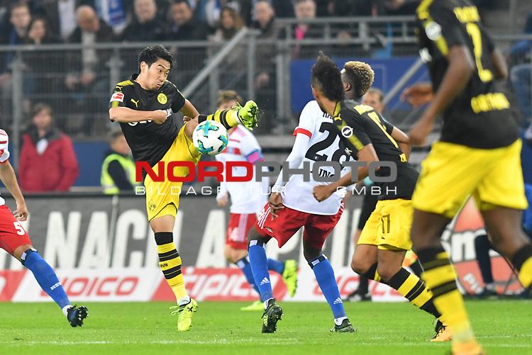 20.09.2016,  GER; 1.FBL Hamburger SV vs Borussia Dortmund im Bild Shinji Kagawa(Dortmund #23) setzt sich gegen Gideon Jung (Hamburg #28) durch Foto © nordphoto / Witke *** Local Caption ***