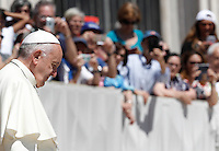 Papa Francesco tiene un'udienza giubilare in Piazza San Pietro, Citta' del Vaticano, 18 giugno 2016.<br /> Pope Francis attends a Jubilee audience in St. Peter's Square at the Vatican, 18 June 2016.<br /> UPDATE IMAGES PRESS/Isabella Bonotto<br /> <br /> STRICTLY ONLY FOR EDITORIAL USE
