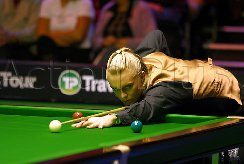 November 23, 2003: English player PAUL HUNTER in action during his third round match against King in the Travis Perkins UK Championship Finals at the York Barbican Centre. HUNTER beat King 9 - 8. Photo: Neil Tingle/Action Plus...snooker 031123