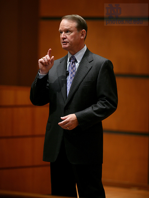"""Richard C. Notebaert speaks as part of the """"Boardroom Insights"""" lecture series."""