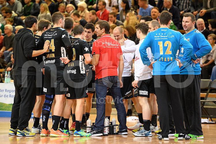 Technische Auszeit der Mannschaft von Pfadi Winterthur, mitte Trainer Adrian Bruegger gibt Anweisungen