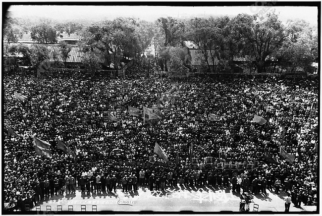 A huge crowd gathers in front of the North Plaza Hotel to attend the criticism of the former secretaries of the Heilongjiang Party committee. Harbin, 27 April 1967 ..