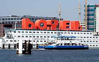 Nederland Amsterdam 2019 . Pont vaart langs het Botel bij de NDSM-Werf. Foto Berlinda van Dam / Hollandse Hoogte