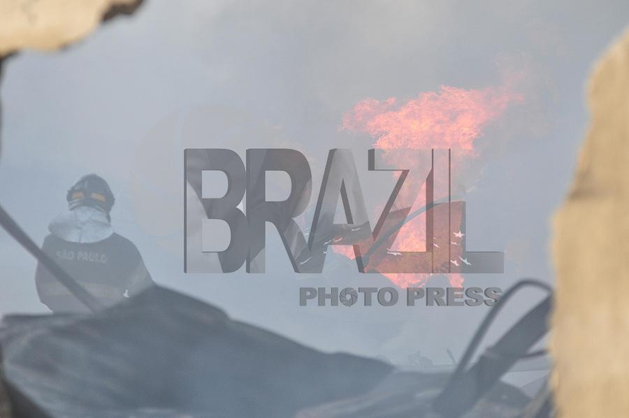 GUARULHOS, SP, 22.12.2016 - INCENDIO-SP - Um incendio atingiu um galp&atilde;o na regi&atilde;o de Cumbica em Guarulhos, na grande S&atilde;o Paulo nesta quinta-feira, 22. Ningu&eacute;m ficou ferido. <br /> (Foto: Renato Gizzi/Brazil Photo Press)