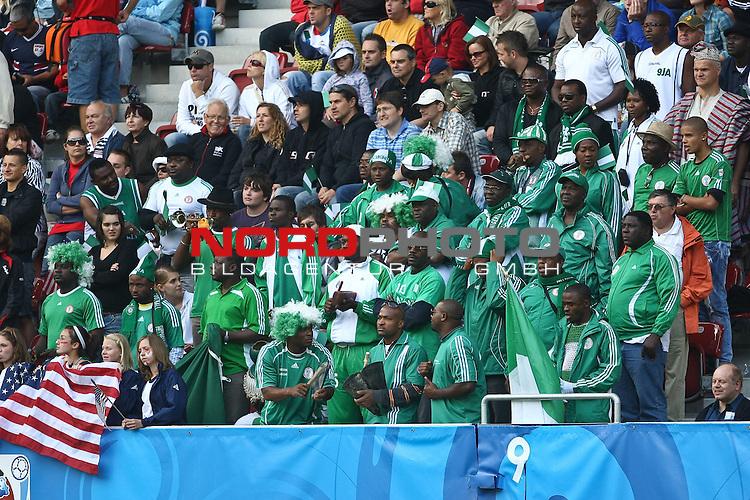 25.07.2010,  Augsburg, GER, FIFA U20 Womens Worldcup, , Viertelfinale, USA vs Nigeria,  im Bild nigeria fans machen stimmung im Stadion, Foto: nph /  Straubmeier