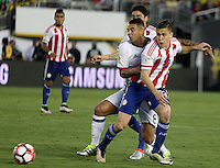 PASADENA - UNITED STATES, 08-06-2016: Edwin Cardona (Izq) jugador de Colombia (COL) disputa el balón con Robert Piris Da Motta (Der) jugador de Paraguay (PAR) durante partido del grupo A fecha 2 por la Copa América Centenario USA 2016 jugado en el estadio Rose Bowl en Pasadena, California, USA. /  Edwin Cardona (L) player of Colombia (COL) fights the ball with Robert Piris Da Motta (R) player of Paraguay (PAR) during match of the group A date 2 for the Copa América Centenario USA 2016 played at Rose Bowl stadium in Pasadena, California, USA. Photo: VizzorImage/ Luis Alvarez /Str