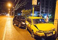 CURITIBA, PR, 21 DE NOVEMBRO DE 2013 -  ACIDENTE DE TRÂNSITO. Uma pessoa ficou ferida em acidente envolvendo três veiculos, por volta das 22h dessa quinta feira(21), na Rua Padre agostinho proximo do Bosque da Copel, bairro Bigorrilho, Curitiba.O motorista acidentado foi socorrido pela unidade do SIATE  e levado ao Hospital Universitário Evangélico. FOTO: PAULO LISBOA / BRAZIL PHOTO PRESS.
