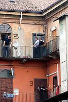 Milano, Sgombero della palazzina occupata in Ripa di Porta Ticinese 83, alcuni operai del comune lastrano gli ingressi delle abitazioni
