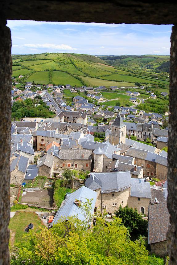 France, Aveyron (12), Sévérac-le-Château, la ville vue depuis une tourelle d'angle du château // France, Aveyron, Severac-le-Chateau, the city view from the castle