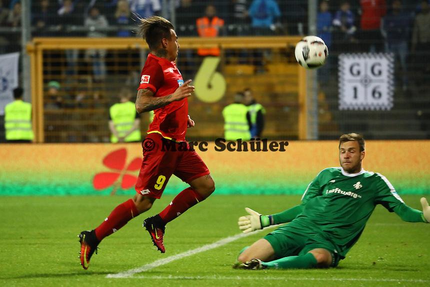 Eduardo Vargas (TSG 1899 Hoffenheim) scheitert an Torwart Michael Esser (SV Darmstadt 98)- SV Darmstadt 98 vs. TSG 1899 Hoffenheim, Johnny Heimes Stadion am Boellenfalltor
